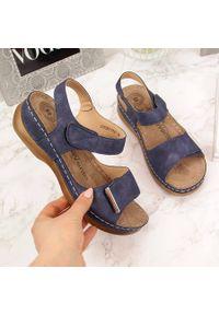 Niebieskie sandały eVento na rzepy, na koturnie