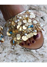 ELINA LINARDAKI - Klapki ze zdobieniami Ava. Nosek buta: okrągły. Kolor: złoty. Wzór: aplikacja. Sezon: lato. Obcas: na płaskiej podeszwie. Styl: boho