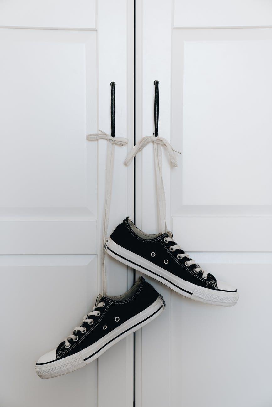 Czarne sneakersy damskie – subiektywne zestawienie 9 topowych propozycji, które powinna znać każda miłośniczka mody