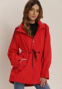 Renee - Czerwona Kurtka Iasisa. Kolor: czerwony. Materiał: jeans, dresówka. Długość rękawa: długi rękaw. Długość: długie. Wzór: aplikacja, paski, nadruk. Styl: klasyczny