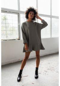 Sukienka typu basic z długim rękawem i falbaną kolor khaki - CASEY by Marsala. Okazja: na co dzień. Kolor: brązowy. Materiał: bawełna, dresówka, dzianina, elastan. Długość rękawa: długi rękaw. Sezon: jesień, wiosna, zima. Typ sukienki: proste, oversize, sportowe. Styl: sportowy, casual