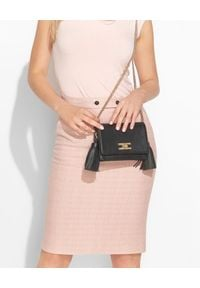 Elisabetta Franchi - ELISABETTA FRANCHI - Czarna torebka na ramię z frędzlami. Kolor: czarny. Wzór: kwiaty. Dodatki: z frędzlami. Styl: elegancki. Rodzaj torebki: na ramię