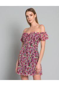 RAQUEL DINIZ - Sukienka z jedwabiu Alice. Typ kołnierza: kokarda. Kolor: różowy, wielokolorowy, fioletowy. Materiał: jedwab. Wzór: kwiaty. Styl: klasyczny, elegancki. Długość: mini