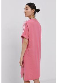 adidas Originals - Sukienka. Okazja: na co dzień. Kolor: różowy. Długość rękawa: krótki rękaw. Typ sukienki: proste. Styl: casual