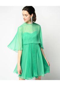 Pinko - PINKO - Zielona sukienka Biancaneve 1. Kolor: zielony. Materiał: szyfon. Długość rękawa: na ramiączkach. Sezon: wiosna. Typ sukienki: rozkloszowane, plisowane. Długość: mini
