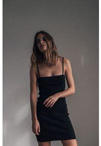 MUUV. - Sukienka The Little One. Kolor: czarny. Materiał: dzianina. Długość rękawa: na ramiączkach. Typ sukienki: dopasowane