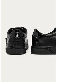 Czarne buty sportowe Guess na średnim obcasie, na sznurówki, na obcasie