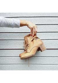 Zapato - botki - skóra naturalna - model 451 - kolor camelowy. Wysokość cholewki: za kostkę. Materiał: skóra. Sezon: wiosna, jesień, zima. Obcas: na obcasie. Styl: rockowy, boho, klasyczny, elegancki. Wysokość obcasa: średni