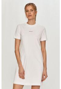 Calvin Klein Jeans - Sukienka. Okazja: na co dzień. Kolor: biały. Materiał: dzianina, bawełna. Długość rękawa: krótki rękaw. Typ sukienki: proste. Styl: casual