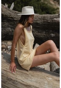 Marsala - Sukienka dresowa na grubych ramiączkach w kolorze TRANSPARENT YELLOW - LIME BY MARSALA. Typ kołnierza: dekolt kwadratowy. Materiał: dresówka. Długość rękawa: na ramiączkach. Wzór: gładki. Typ sukienki: trapezowe, w kształcie A. Styl: klasyczny