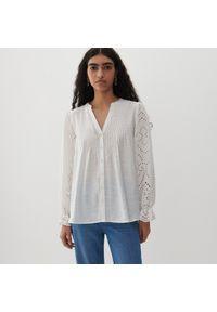 Reserved - Koszula z ażurowymi rękawami - Kremowy. Kolor: kremowy. Wzór: ażurowy