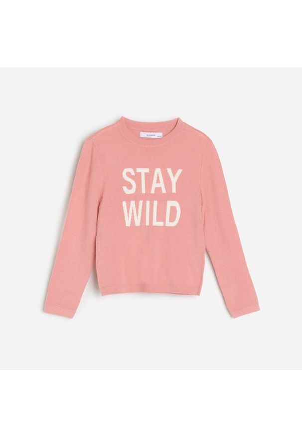 Różowy sweter Reserved z napisami
