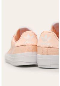 Różowe trampki adidas Originals na sznurówki, z nadrukiem, z cholewką