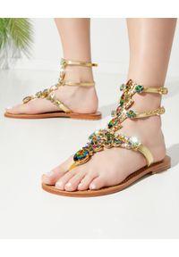 MYSTIQUE SHOES - Złote sandały z kryształami. Kolor: złoty. Wzór: paski, aplikacja