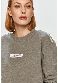 Calvin Klein Performance - Bluza bawełniana. Okazja: na co dzień. Kolor: szary. Materiał: bawełna. Długość rękawa: długi rękaw. Długość: długie. Wzór: nadruk. Styl: casual