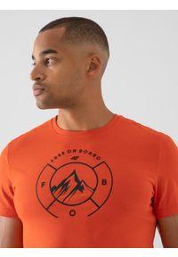 4f - T-shirt regular z nadrukiem męski. Kolor: pomarańczowy. Materiał: bawełna, dzianina, materiał. Wzór: nadruk. Sport: snowboard