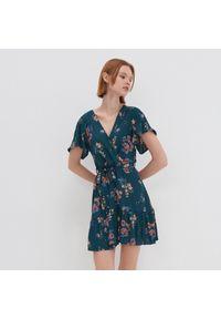 House - Kopertowa sukienka w kwiaty - Turkusowy. Kolor: turkusowy. Wzór: kwiaty. Typ sukienki: kopertowe