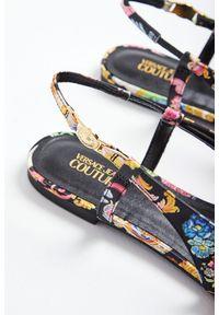 Versace Jeans Couture - CZÓŁENKA VERSACE JEANS COUTURE. Materiał: skóra. Obcas: na płaskiej podeszwie. Styl: klasyczny