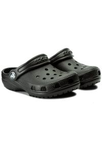 Czarne klapki Crocs w kolorowe wzory