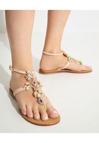 MYSTIQUE SHOES - Sandały z kryształami Fletcher. Kolor: beżowy. Wzór: aplikacja, paski