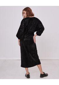 BY CABO - Aksamitna sukienka z cekinami MARILYN. Okazja: na imprezę. Typ kołnierza: dekolt kopertowy. Kolor: czarny. Materiał: materiał. Typ sukienki: kopertowe. Styl: elegancki