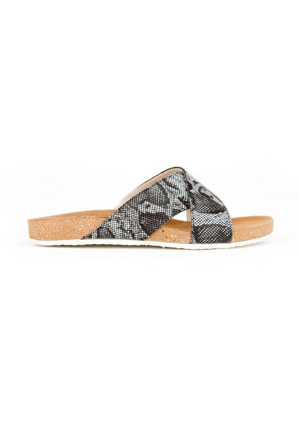 Zapato - klapki na korku - skóra naturalna - model 341 - kolor czarny wąż. Okazja: na imprezę, na co dzień. Kolor: czarny. Materiał: skóra. Wzór: motyw zwierzęcy, kwiaty, nadruk, kolorowy. Sezon: lato, wiosna. Obcas: na płaskiej podeszwie. Styl: wakacyjny, klasyczny, casual