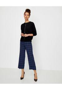 PESERICO - Czarny sweter z aplikacją. Kolor: czarny. Materiał: len, bawełna. Długość rękawa: długi rękaw. Długość: długie. Wzór: aplikacja. Styl: elegancki, klasyczny