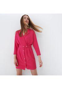 Mohito - Sukienka z kopertowym dekoltem Eco Aware - Różowy. Kolor: różowy. Typ sukienki: kopertowe