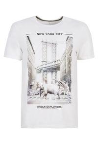 Biały t-shirt TOP SECRET z nadrukiem, krótki, klasyczny, na wiosnę