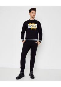 Versace Jeans Couture - VERSACE JEANS COUTURE - Czarna bluza z nadrukiem. Kolor: czarny. Długość rękawa: długi rękaw. Długość: długie. Wzór: nadruk