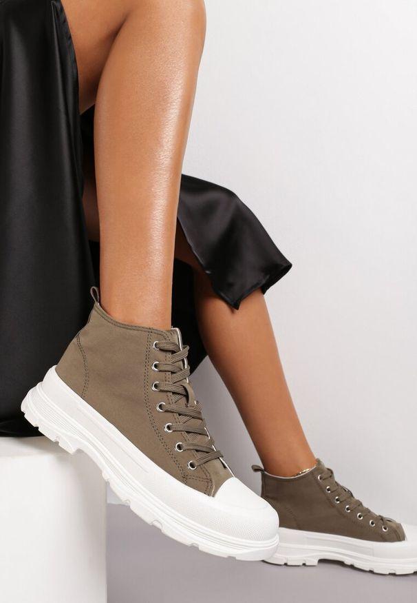 Renee - Oliwkowe Trampki Kodro. Wysokość cholewki: przed kolano. Nosek buta: okrągły. Kolor: zielony. Materiał: jeans, materiał, guma. Szerokość cholewki: normalna. Wzór: jednolity. Obcas: na obcasie. Wysokość obcasa: średni