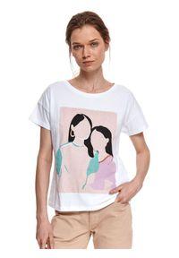 TOP SECRET - Luźny t-shirt z nadrukiem. Okazja: na co dzień. Kolor: biały. Materiał: tkanina, bawełna. Długość rękawa: krótki rękaw. Długość: krótkie. Wzór: nadruk. Sezon: wiosna. Styl: wakacyjny, casual, klasyczny