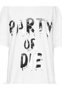 T-DRESS - Sukienka mini z białym pasem boa PARTY OR DIE. Kolor: biały. Wzór: aplikacja, nadruk. Typ sukienki: rozkloszowane. Długość: mini
