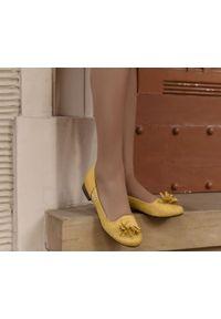 Zapato - dziurkowane balerinki - skóra naturalna - model 010 - kolor sonko. Okazja: do pracy. Nosek buta: okrągły. Materiał: skóra. Wzór: ażurowy. Obcas: na obcasie. Styl: elegancki, klasyczny. Wysokość obcasa: niski