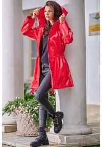 Awama - Czerwona Winylowa Kurtka z Kapturem. Typ kołnierza: kaptur. Kolor: czerwony. Materiał: poliester