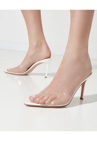 GIANVITO ROSSI - Białe klapki Elle. Kolor: biały