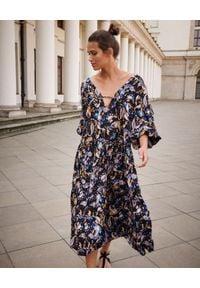 BY CABO - Sukienka Mykonos ze wzorem paisley. Kolor: niebieski. Materiał: wiskoza. Wzór: paisley. Sezon: jesień. Typ sukienki: oversize. Styl: boho
