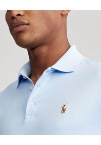 Ralph Lauren - RALPH LAUREN - Niebieska koszulka Custom Fit Soft Cotton. Typ kołnierza: polo. Kolor: niebieski. Materiał: bawełna, jeans. Wzór: haft, kolorowy. Styl: klasyczny