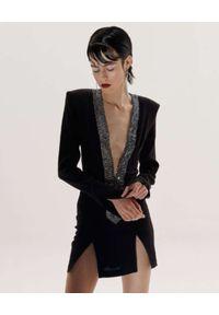 AGGI - Czarna sukienka mini Grace. Typ kołnierza: dekolt w kształcie V. Kolor: czarny. Materiał: materiał. Długość rękawa: długi rękaw. Typ sukienki: dopasowane. Długość: mini