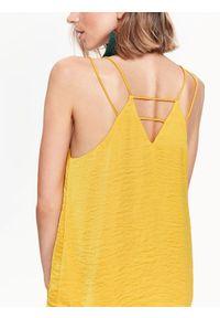TOP SECRET - Bluzka na cienkich ramiączkach z fantazyjnym tyłem. Okazja: na co dzień. Kolor: żółty. Materiał: tkanina. Długość rękawa: na ramiączkach. Sezon: lato. Styl: elegancki, casual