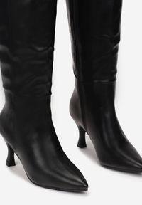 Renee - Czarne Kozaki Agathiala. Wysokość cholewki: przed kolano. Nosek buta: szpiczasty. Zapięcie: zamek. Kolor: czarny. Szerokość cholewki: normalna. Obcas: na obcasie. Wysokość obcasa: średni