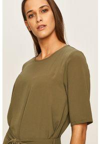Jacqueline de Yong - Sukienka. Kolor: zielony. Materiał: materiał. Długość rękawa: krótki rękaw