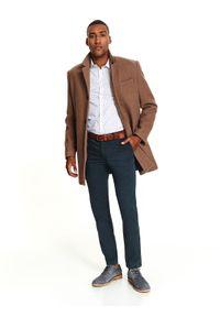TOP SECRET - Spodnie męski typu chino z paskiem dopasowane. Okazja: na co dzień. Kolor: zielony. Materiał: skóra ekologiczna, tkanina, bawełna. Sezon: jesień, zima. Styl: casual, klasyczny