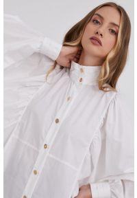 Elisabetta Franchi - Koszula bawełniana. Typ kołnierza: kołnierzyk stójkowy. Kolor: biały. Materiał: bawełna. Długość rękawa: długi rękaw. Długość: długie. Wzór: gładki
