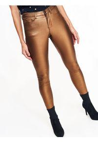 Brązowe spodnie TOP SECRET w kolorowe wzory, na zimę