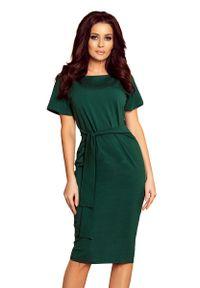 Numoco - Zielona Dopasowana Sukienka Midi z Wiązaniem. Kolor: zielony. Materiał: bawełna, elastan. Długość: midi