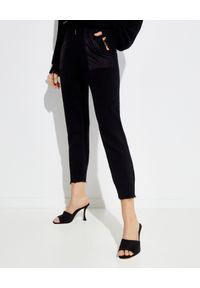SER.O.YA - Bawełniane spodnie jogger Ida. Kolor: czarny. Materiał: bawełna. Długość: długie. Wzór: aplikacja