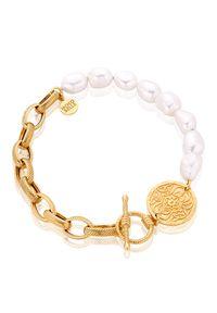 MOKOBELLE - Bransoletka z pereł i łańcucha z medalikiem Mokobelle. Materiał: złote, pozłacane. Kolor: biały. Wzór: aplikacja. Kamień szlachetny: perła