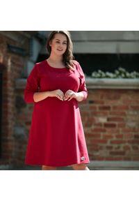 Różowa sukienka dla puszystych Moda Size Plus Iwanek w kolorowe wzory, wizytowa, z krótkim rękawem, na jesień