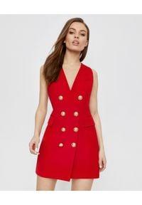 Balmain - BALMAIN - Czerwona sukienka z guzikami. Kolor: czerwony. Materiał: wełna. Typ sukienki: dopasowane. Długość: mini